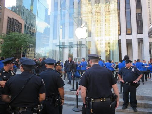 New York City Police Department doing its job to control a line of Apple fans waiting to buy the iPhone 6 and iPhone 6 Plus